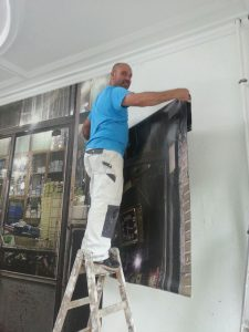 Hier sehen Sie Ismail beim tapezieren. Er ist sehr gut und die Kunden sind immer am Ende begeistert.