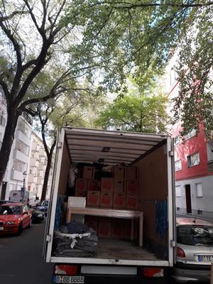 Umzugshelfer Berlin Müggelheim laden Umzugs-LKW ein